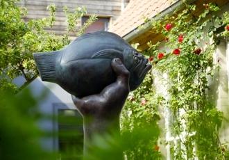 Günter Grass-Haus, Skulpturengarten mit der Bronze von Günter Grass, 'Butt im Griff', 2002 © copyright: die LÜBECKER MUSEEN, Foto: Michael Haydn