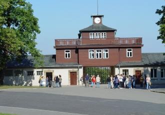 Gedenkstätte Buchenwald. Torgebäude mit Arrestzellenbau. Foto: Naomi Thereza Salmon, Gedenkstätte Buchenwald