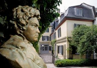 Beethoven-Haus, Gartenansicht mit Büste von Riscutia, Foto: Beethoven-Haus Bonn