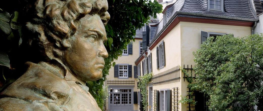 Beethoven-Haus, Gartenansicht mit Büste von Riscutia