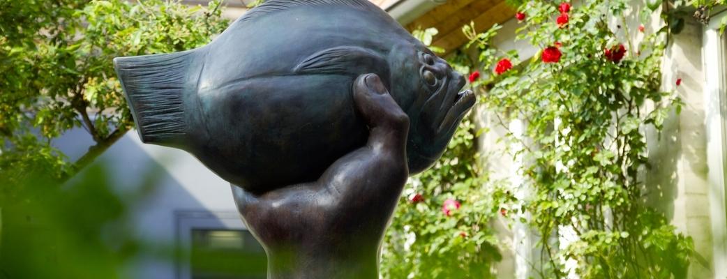 Günter Grass-Haus, Skulpturengarten mit der Bronze von Günter Grass, 'Butt im Griff', 2002