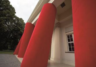 Fassade mit Säuleninstallation von Magdalena Jetelová, Venceremos/Sale, 2006 Foto: © Wolfram Schmidt, Regensburg