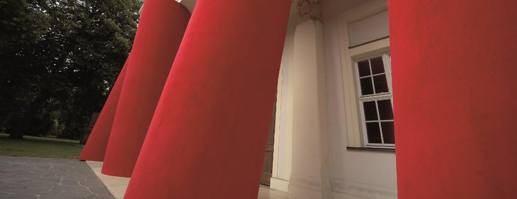Fassade mit Säuleninstallation von Magdalena Jetelová, Venceremos/Sale, 2006